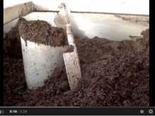 菌床+水分調整材の攪拌混合機による現場動画