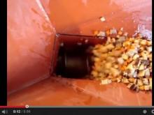 カット惣菜のパイプ型スクリューコンベアによる水平搬送テスト