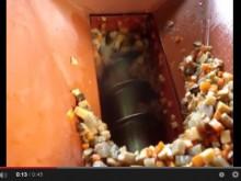 カット惣菜のパイプ型スクリューコンベアによる30度搬送テスト